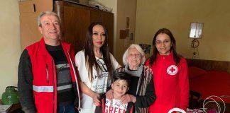 Баба Стефка на 101 г. изкачва стълбите до петия етаж без бастун (ВИДЕО)