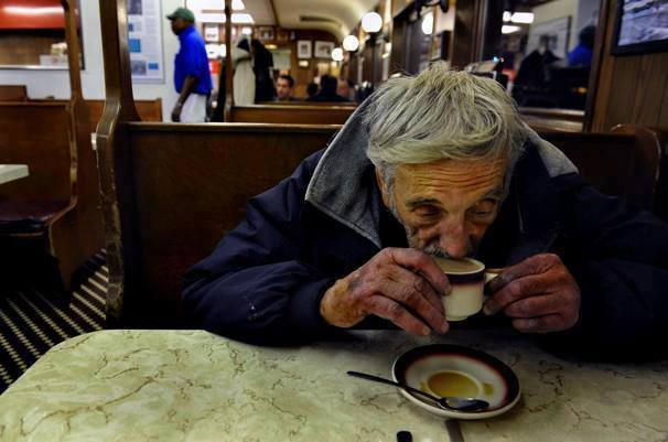 Влизаме в едно малко кафене, поръчваме си и сядаме на една маса. След нас влизат двама човека