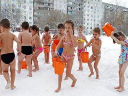 При - 25 градуса голи деца от забавачка се обливат с вода и разтриват със сняг