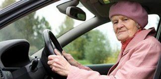 Той помага на стара жена да си смени гумата. Едва вечерта c,…